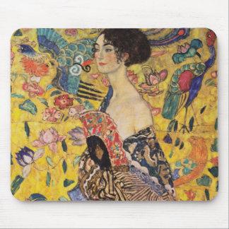 Mujer hermosa con la fan por Klimt Mousepads