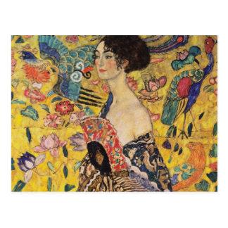 Mujer hermosa con la fan por Klimt Tarjetas Postales
