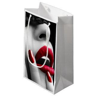 Mujer hermosa con la máscara negra del cordón