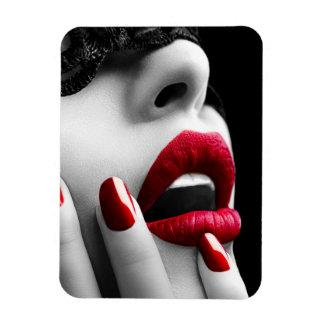 Mujer hermosa con la máscara negra del cordón imán de vinilo