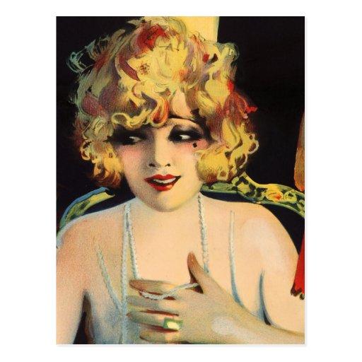 Mujer hermosa que juega con las perlas postal