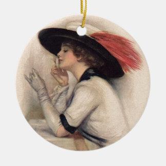 Mujer hermosa que vota - moda del sufragio del adorno navideño redondo de cerámica