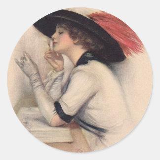 Mujer hermosa que vota - moda del sufragio del pegatina redonda