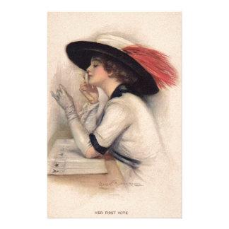 Mujer hermosa que vota - moda del sufragio del vin papeleria personalizada