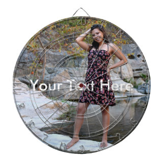Mujer hispánica joven tabla dardos