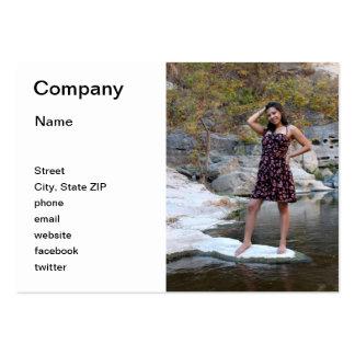 Mujer hispánica joven plantilla de tarjeta de visita