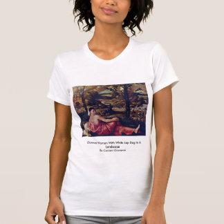 Mujer inactiva con el perro de revestimiento camisetas