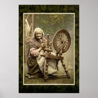Mujer irlandesa con su rueda de hilado póster