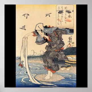 Mujer japonesa que hace el lavadero en el río C. 1 Póster