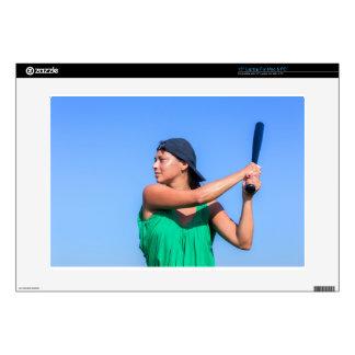 Mujer joven con el bate de béisbol y el casquillo calcomanías para portátiles