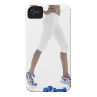 Mujer joven con estirar de las pesas de gimnasia ( Case-Mate iPhone 4 protector