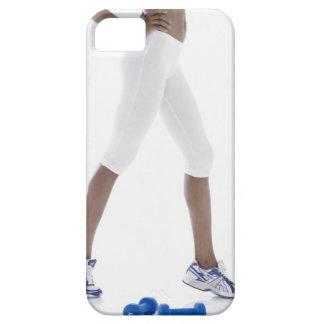Mujer joven con estirar de las pesas de gimnasia iPhone 5 funda