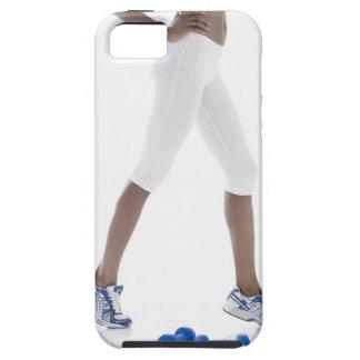 Mujer joven con estirar de las pesas de gimnasia iPhone 5 fundas