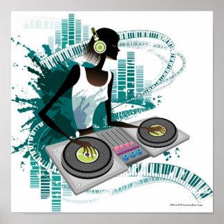 Mujer joven DJ que usa la placa giratoria en club  Poster