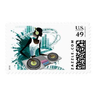 Mujer joven DJ que usa la placa giratoria en club Sellos