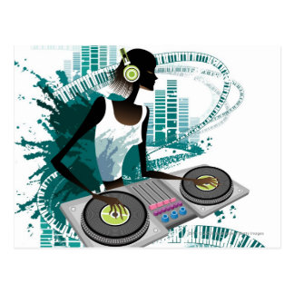 Mujer joven DJ que usa la placa giratoria en club Tarjeta Postal