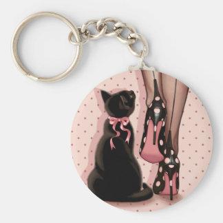 Mujer joven elegante y gato negro llavero redondo tipo pin