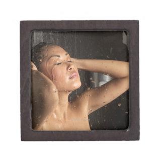 Mujer joven en ducha caja de regalo de calidad