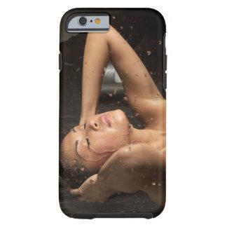 Mujer joven en ducha funda de iPhone 6 tough