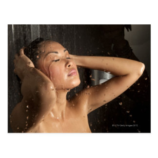 Mujer joven en ducha postal