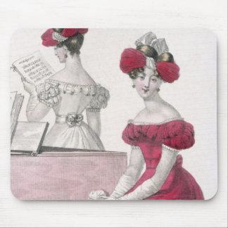 Mujer joven en un vestido de noche del crespón con alfombrilla de raton