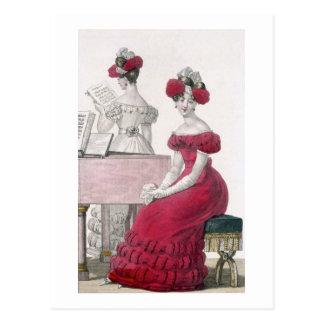 Mujer joven en un vestido de noche del crespón con postal