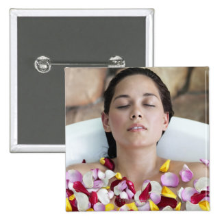 Mujer joven hermosa que se relaja en bañera con pin cuadrado
