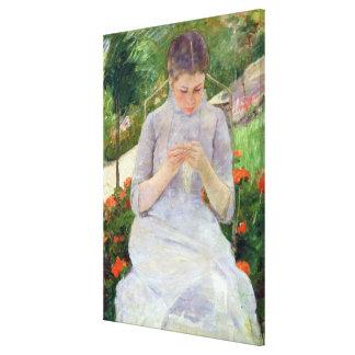 Mujer joven que cose en el jardín, c.1880-82 lienzo envuelto para galerías