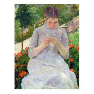 Mujer joven que cose en el jardín c 1880-82 tarjeta postal