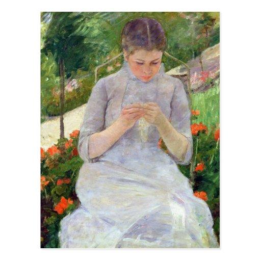 Mujer joven que cose en el jardín, c.1880-82 tarjeta postal