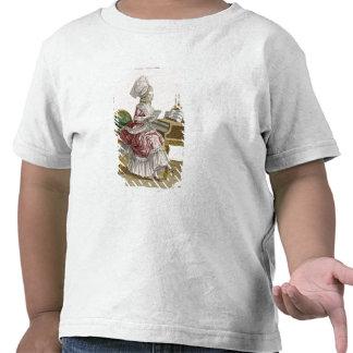 Mujer joven que estudia la música en su camisetas