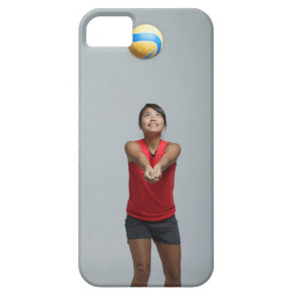 Mujer joven que juega con voleibol funda para iPhone 5 barely there