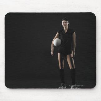 Mujer joven que lleva a cabo el voleibol, retrato mouse pad