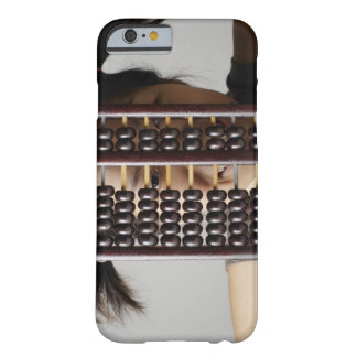 Mujer joven que mira a través del ábaco funda barely there iPhone 6