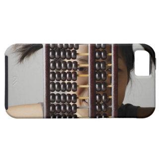 Mujer joven que mira a través del ábaco funda para iPhone SE/5/5s