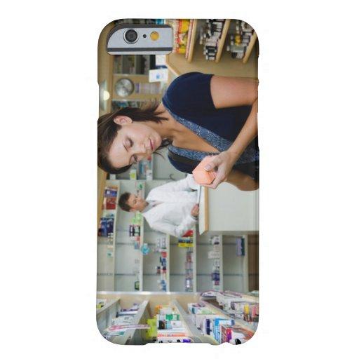 Mujer joven que mira la medicina en farmacia, funda de iPhone 6 barely there