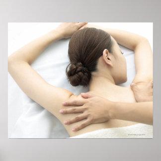 mujer joven que recibe el masaje, mujer en la póster