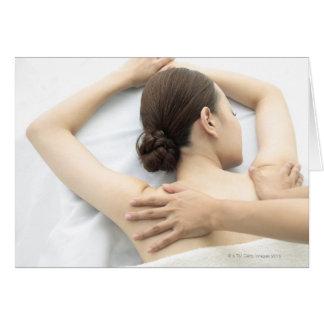 mujer joven que recibe el masaje, mujer en la tarjeta de felicitación