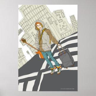 Mujer joven que se coloca en la calle con equipaje impresiones