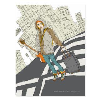 Mujer joven que se coloca en la calle con equipaje tarjeta postal