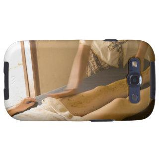 Mujer joven que tiene masaje de la pierna galaxy s3 fundas