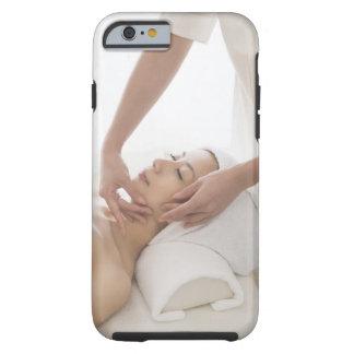 Mujer joven que tiene masaje facial funda de iPhone 6 tough