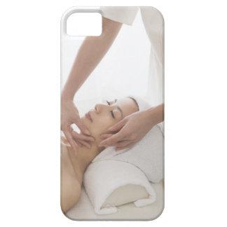 Mujer joven que tiene masaje facial funda para iPhone 5 barely there