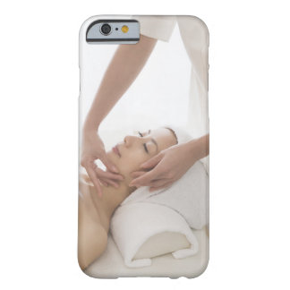 Mujer joven que tiene masaje facial funda para iPhone 6 barely there