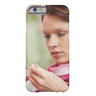 Mujer joven que toma la medicina de la tos funda para iPhone 6 barely there