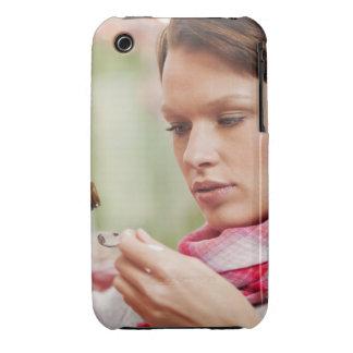 Mujer joven que toma la medicina de la tos iPhone 3 Case-Mate cárcasas