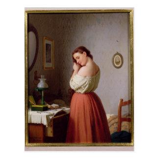 Mujer joven que trenza su pelo postal