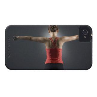 Mujer joven que usa las pesas de gimnasia, vista p Case-Mate iPhone 4 funda