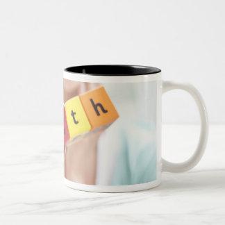 Mujer joven sana, imagen conceptual tazas de café