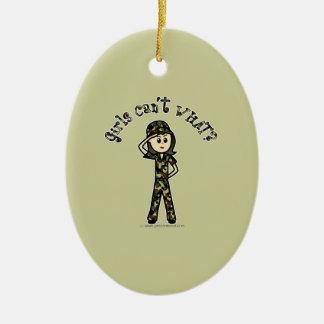 Mujer ligera del ejército adorno navideño ovalado de cerámica